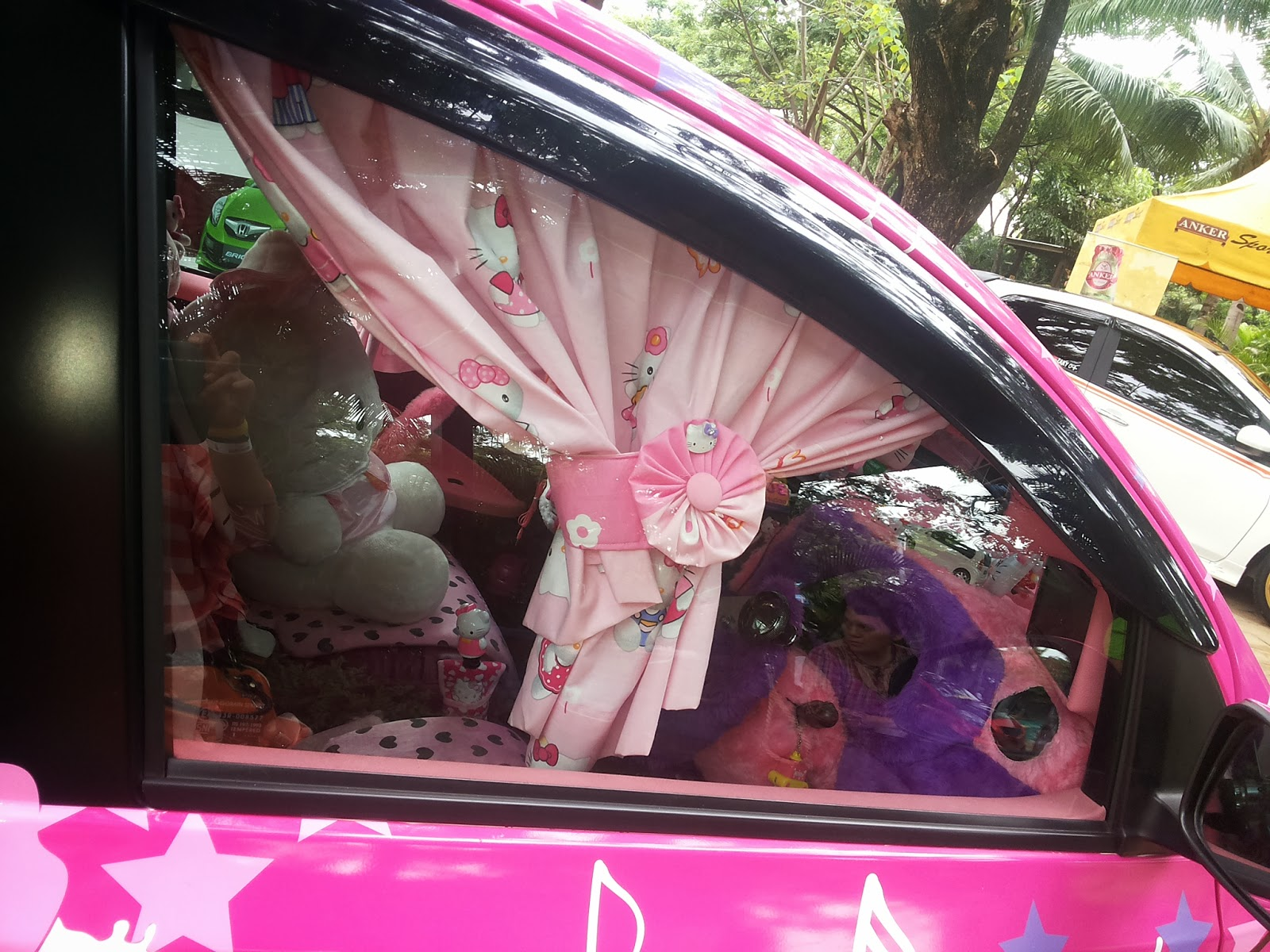 Must see Wallpaper Hello Kitty Car - hello-kitty-window-car  Pictures_458945.jpg