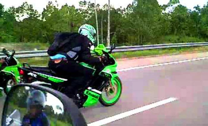 Ninja 150 RR vs Honda r