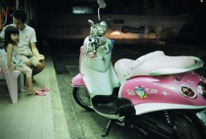 35mmPatrikWallner_Bangkok_HelloKittyMopedLOWQ-737x498wallnerok