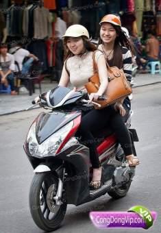 gadis cantik naik motor d