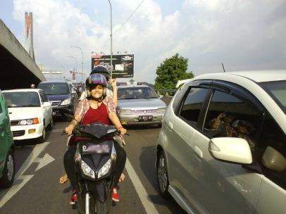 gadis cantik naik motor i