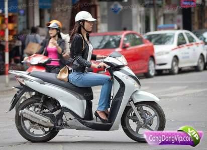 gadis cantik naik motor j