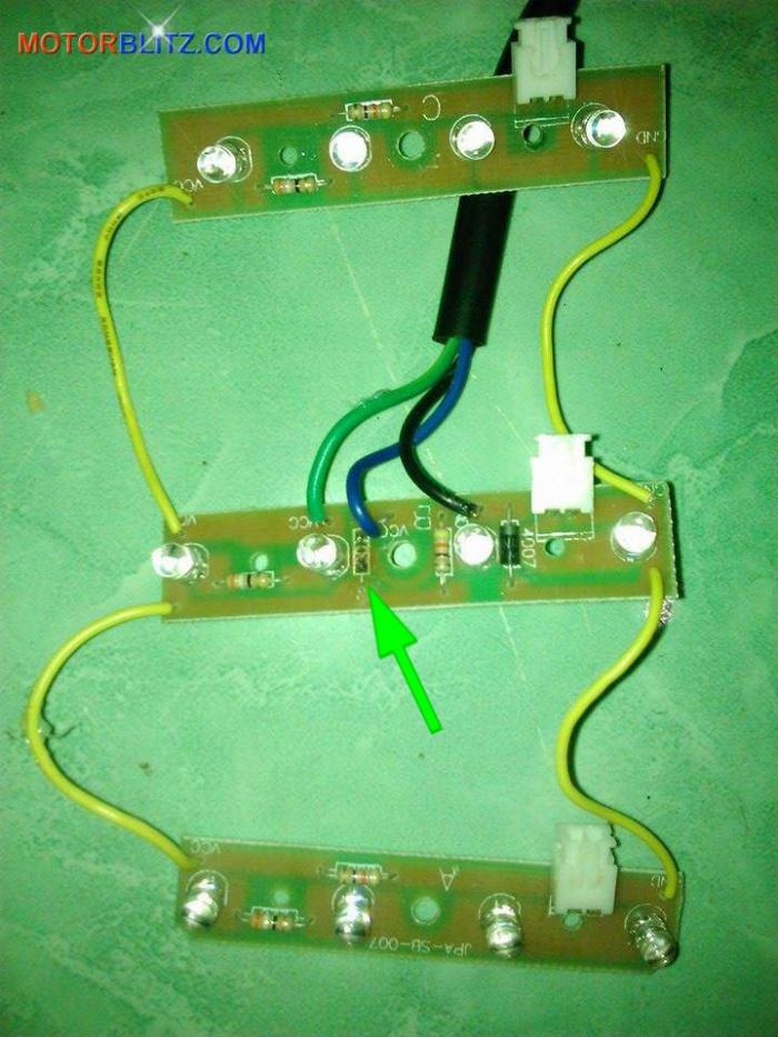 Memperbaiki lampu rem variasi led Scoopy yang rusak 3b