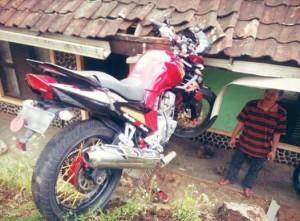 motor nyangkut di atap rumah