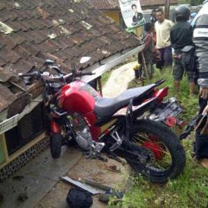 motor nyantol di atap rumah