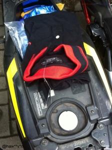 bagasi motor isi hadiah baju