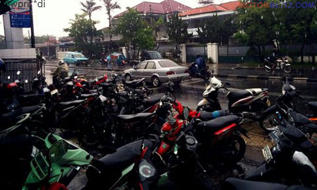 motor parkir kehujanan