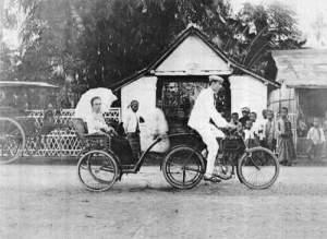 1902 Sepeda motor Minerva milik J. Blackstone di Poerbolinggo Karesidenan Banjoemas. Istrinya duduk di belakang