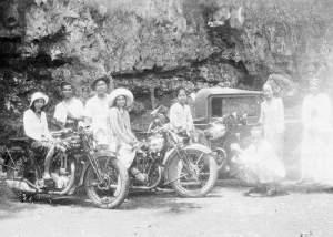 COLLECTIE TROPEN MUSEUM Portret van een groep Indo-Europese mannen en vrouwen met motorfietsen TMnr