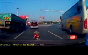 anak kecil jatuh dari mobil 8