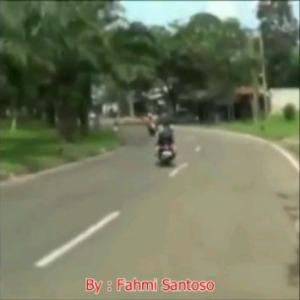 cewek-jilbab-tabrakan-motor2
