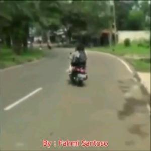 cewek-jilbab-tabrakan-motor3