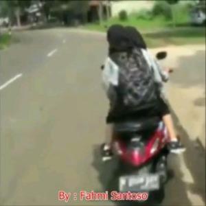 cewek-jilbab-tabrakan-motor4